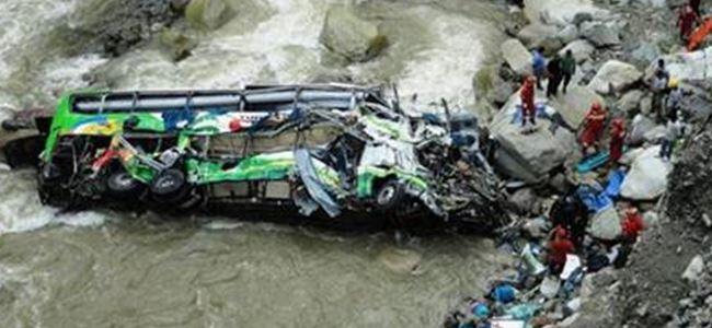 Peru'da otobüs nehre uçtu: 50 ölü
