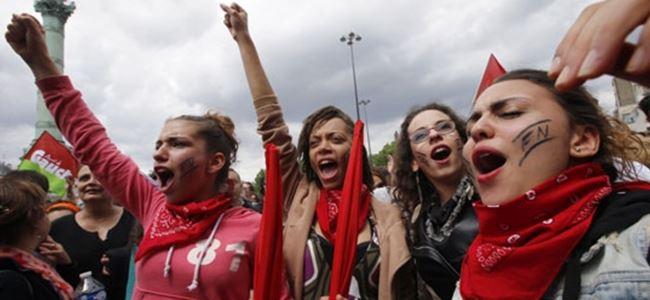 Photo of Fransız öğrenciler sokakta