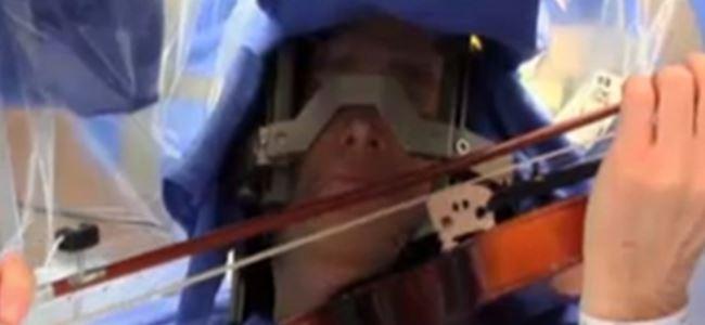 Beyin ameliyatında keman çaldı