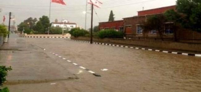 Yağışlar Lefkoşa'da Yolları Trafiğe Kapattı