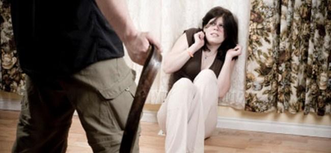 Anne ve babasını dövüp ölümle tehdit etti