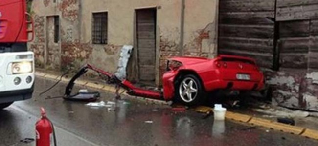 Kazada lüks araç ortadan ikiye ayrıldı!