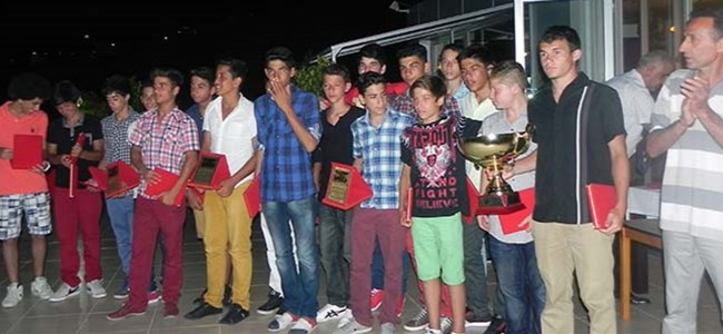 Doğan Türk Birliği U15 Takımı şampiyonluğunu kutladı