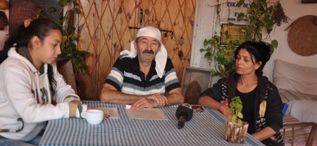 Photo of Zekai Altan, eşi ve kızı ile eyleme başladı