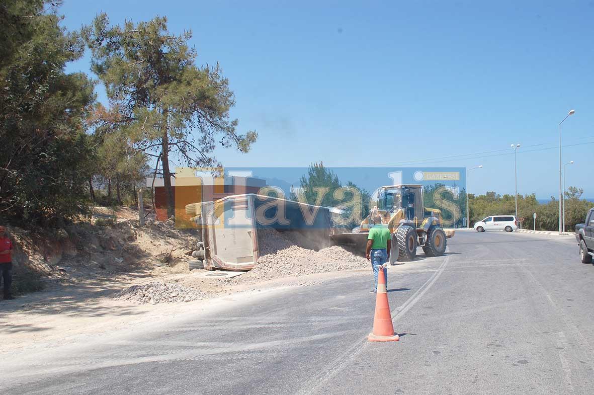 Photo of Kum taşıyan kamyon devrildi