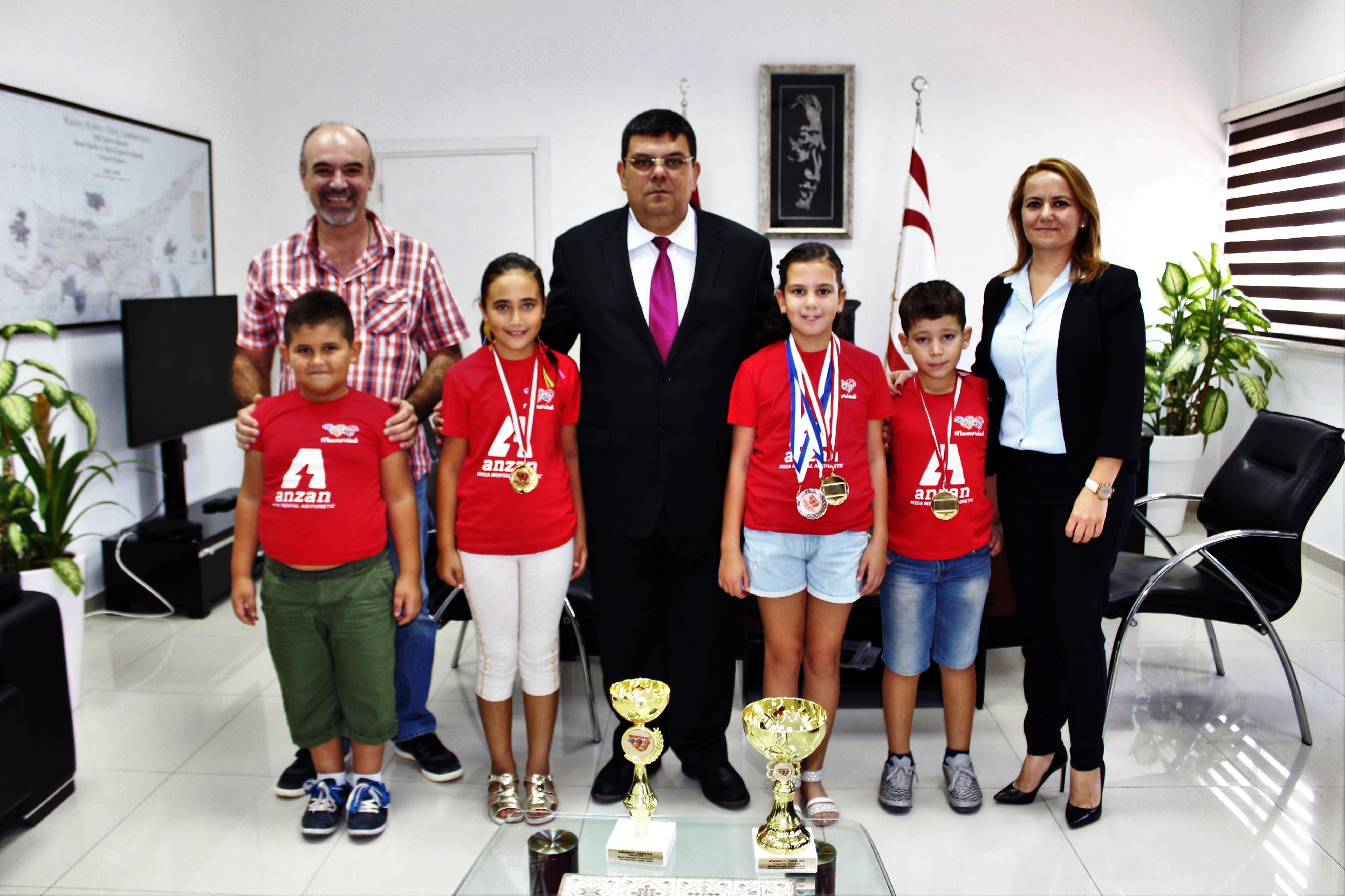Photo of Berova, Türkiye mental aritmetik şampiyonası'nda dereceye giren öğrencileri kabul etti