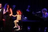 Işın Karaca kızı Mia ile şarkı söyledi