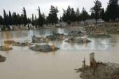 Mezarlık suya gömüldü