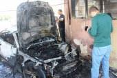 Garajda duran araba yandı