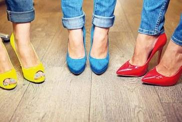 Dost önce ayakkabıya bakıyor