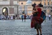 Dünyanın farklı yerlerinde öpüşen çiftleri yakalayan fotoğrafçı