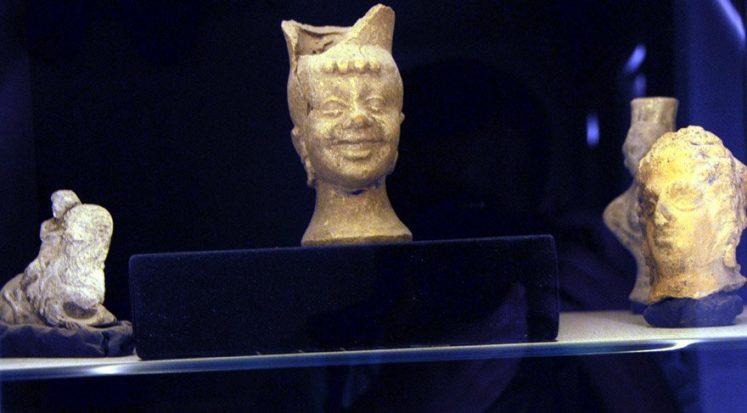 1800 yıllık gülen yüzlü heykelden kadeh