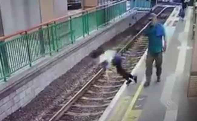 Tren bekleyen kadını raylara itti