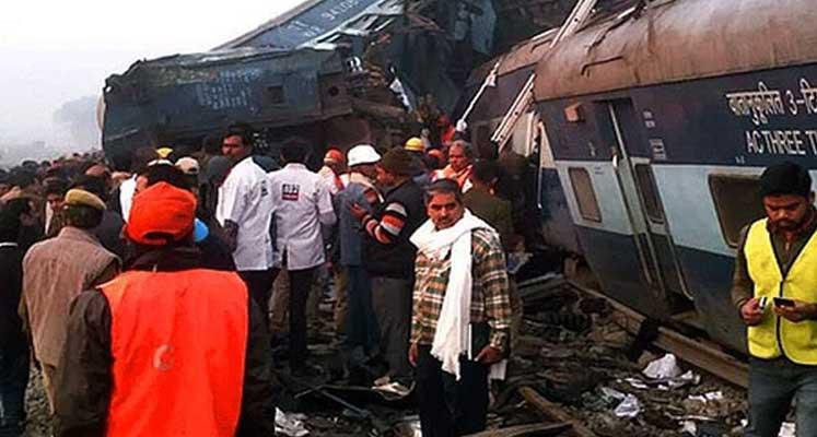 Hindistan'da yolcu treni raydan çıktı