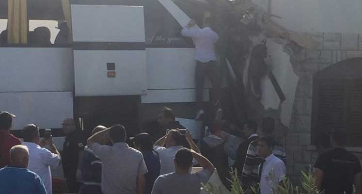 Photo of Mağusa'da kaza: Otobüs eve girdi