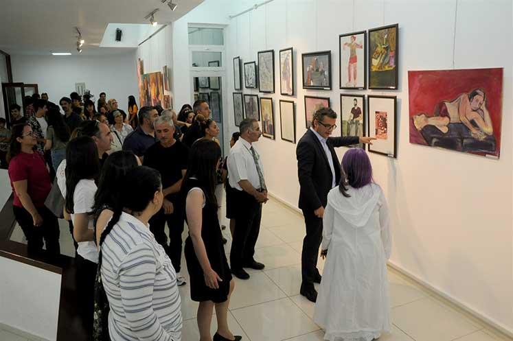 Photo of Başbakan Erhürman, Anadolu Güzel Sanatlar Lisesi Sergisini açtı