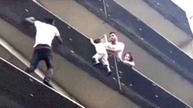 Photo of Fransa balkondan sarkan çocuğu kurtaran Kahraman