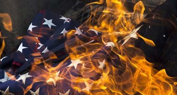 Photo of İran meclisinde ABD bayrağı ve nükleer anlaşma metni ateşe verildi