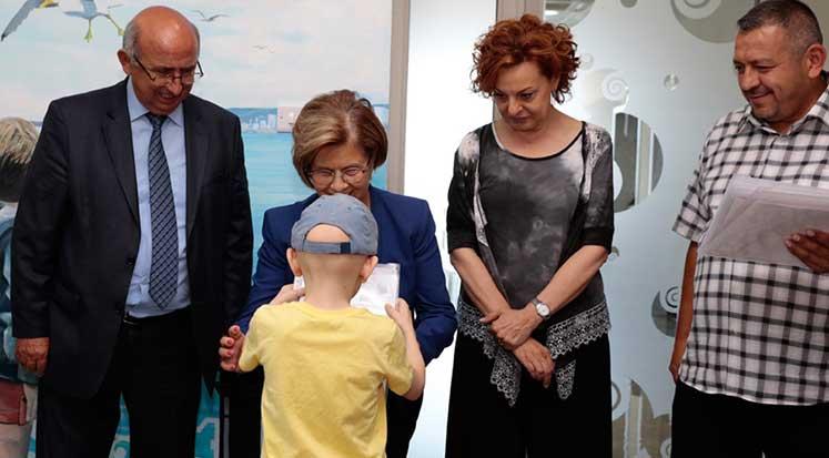 Photo of Meral Akıncı, Onkoloji'deki Çocuklara Karnelerini Dağıttı
