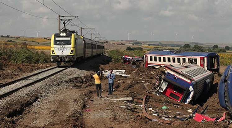 Photo of Tren faciasının yaşandığı hattaki enkazlar kaldırılmadan sefer başlatıldı