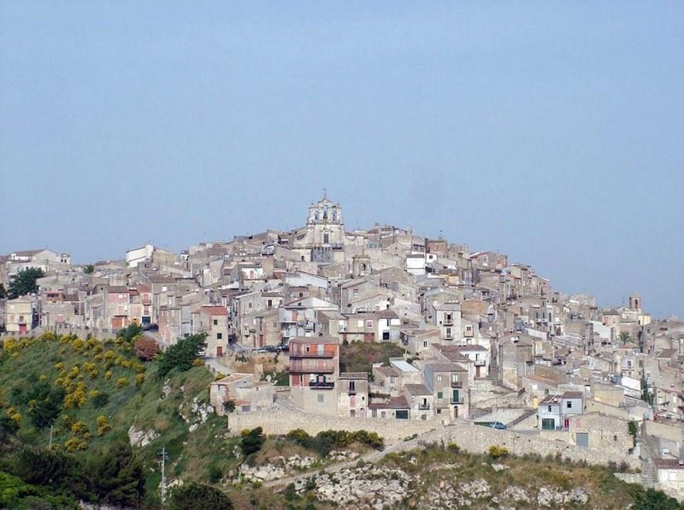Photo of İtalya'nın Mussomeli kentinde yazlık evler 1 Euro