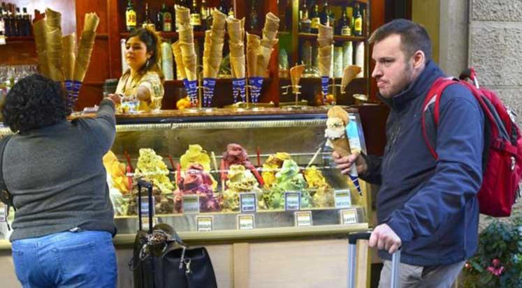 Photo of Floransa sokaklarında yemek yemenin cezası 500 Euro