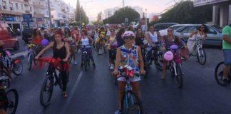bisikletli süslü kadınlar