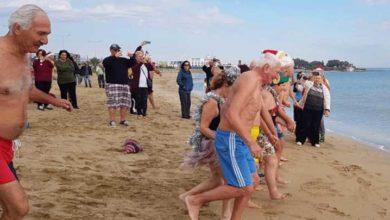 Photo of İskele Belediyesi organizasyonuyla, KHYD yararına denize girdiler