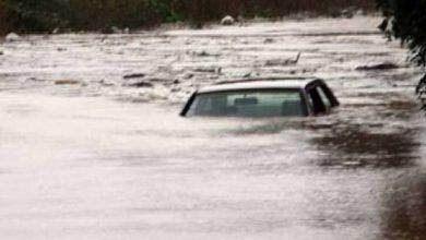Photo of Limasol'da içinde iki kişi olan araç sulara kapıldı