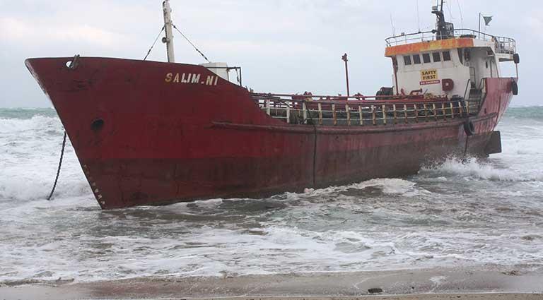 karaya oturan yük gemisi