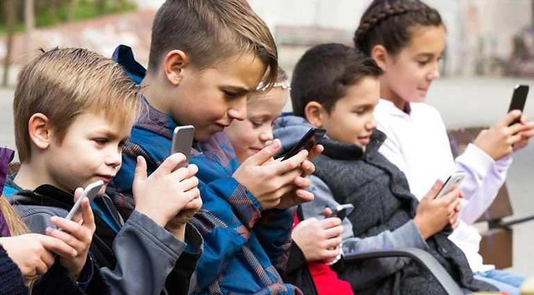 telefon kullanan çocuklar