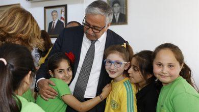 Photo of Cumhurbaşkanı Akıncı ve eşi, Şehit Ertuğrul İlkokulu'nda kitap dağıttı