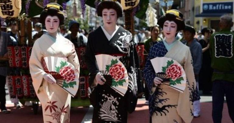 Kimono giymiş Japon kadınlar