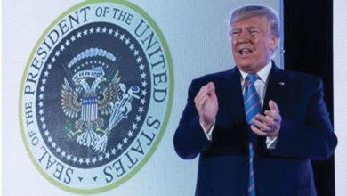 Photo of Trump, kendisiyle alay edilen sahte başkanlık forsu önünde konuştu