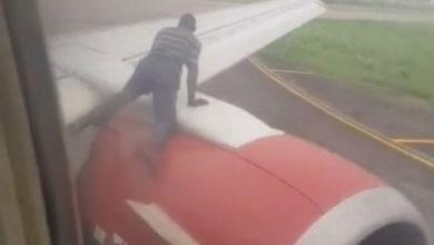 Photo of Kalkışa hazırlanan uçağın kanadına çıkıp içeri girmeye çalıştı