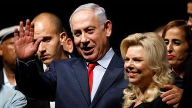 Photo of Netanyahu'nun eşi, 'karşılama ekmeğini' yere attı