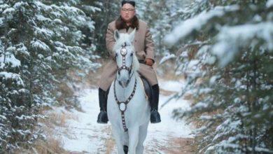 Photo of Kuzey Kore lideri Kim Jong-un beyaz atıyla kutsal Paektu dağının zirvesinde poz verdi