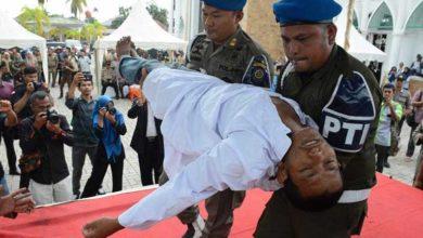 Photo of Zina nedeniyle değnek cezasına çarptırılan genç infazda bayıldı