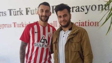 Photo of Gönyeli Azat'ı aldı yabancılarına imzalattı