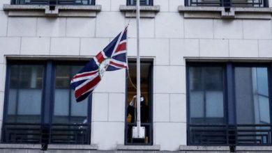 Photo of Brexit'e saatler kala İngiliz bayrakları AB kurumlarından indirildi