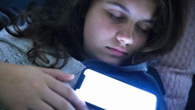 Photo of İngiltere'de çocukların çoğu cep telefonlarıyla uyuyor