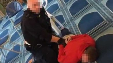 Photo of Londra'da camiye giren bir kişi, namaz kılan din görevlisini bıçakladı