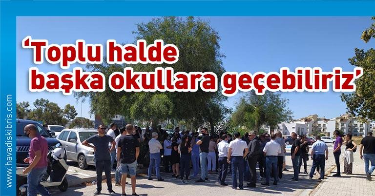 Sosyal medya 'Levent Okulları Velileri' adı altında örgütlenen yüzlerce veli, bu sabah Levent Okulları önünde toplandı.