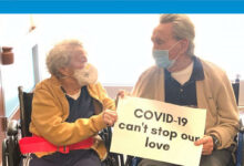 Photo of Corona virüsün ayırdığı 90 yaşındaki çift buluştu