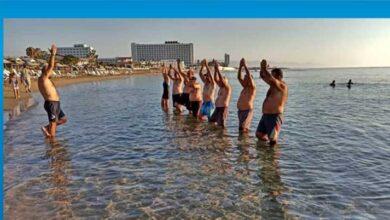 Photo of Denizleri temiz tutmanın önemine dikkat çekmek için denizde jimnastik yaptılar