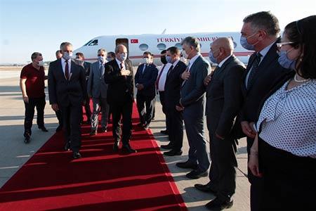 Başbakan Ersin Tatar, hükümet, Türkiye, Ercan Havalimanı, Türkiye Cumhurbaşkanı Yardımcısı Fuat Oktay, Dışişleri Bakanı Mevlüt Çavuşoğlu, Türkiye Cumhurbaşkanı Recep Tayyip Erdoğan,