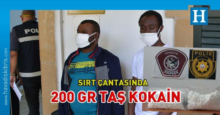 Obunda Nyeche ve Benard Nyeche sırt çantasında taş kokain
