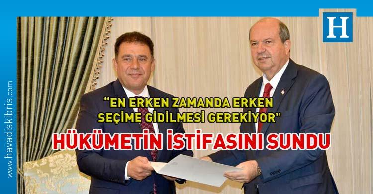 Başbakan Ersan Saner, UBP-DP-Koalisyon hükümetinin istifasını Cumhurbaşkanı Ersin Tatar'a sundu.